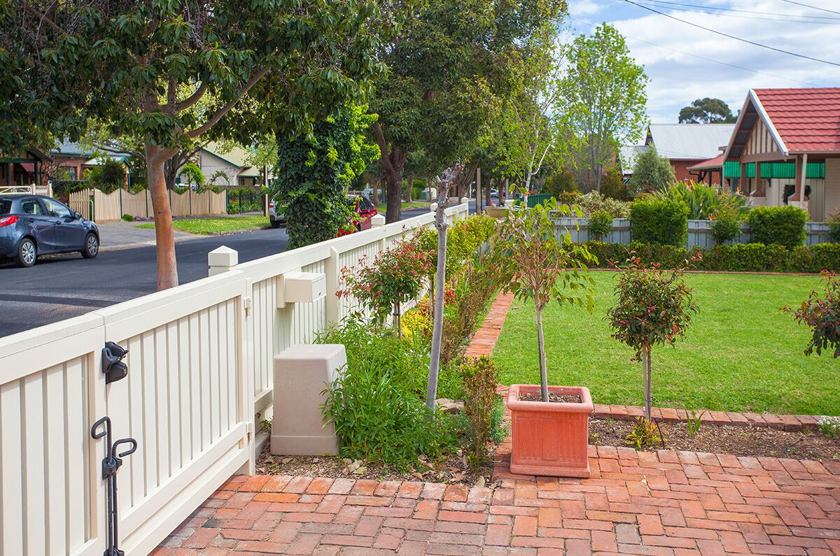 Col Light Gdns Pic2Capped Picket Fence FG